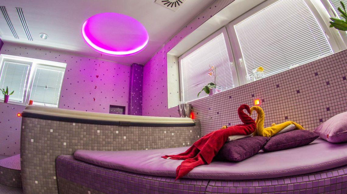 Romanticna vip Aspara. Posvetita se eden drugemu in doživita romantično zgodbo v PRIVAT prostoru, opremljenim z velikim masažnim bazenom, kjer se bosta razvajala z nežno masažo v vodi ter se skupaj ogrela v kar dveh različnih savnah, parni in finski.
